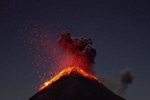 ikukids-eruption-volcanique-volcan-fuego-guatemala-eclair-nuit-strombolien