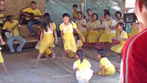 ikukids-tinikling-danse-traditionnelle-Philippines