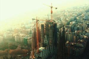 ikukids-barcelone-ville-espagne-4K-drone-aerien-monument-sagrada-familia-art-nouveau-antonio-gaudi-Gaudi